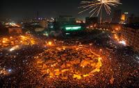 Miles de manifstantes en la Plaza de Tahrir celebran la caída de Mubarak. AP/Khalil Hamra