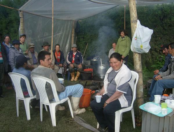 Los obreros se reunen alrededor del fogón de la huelga