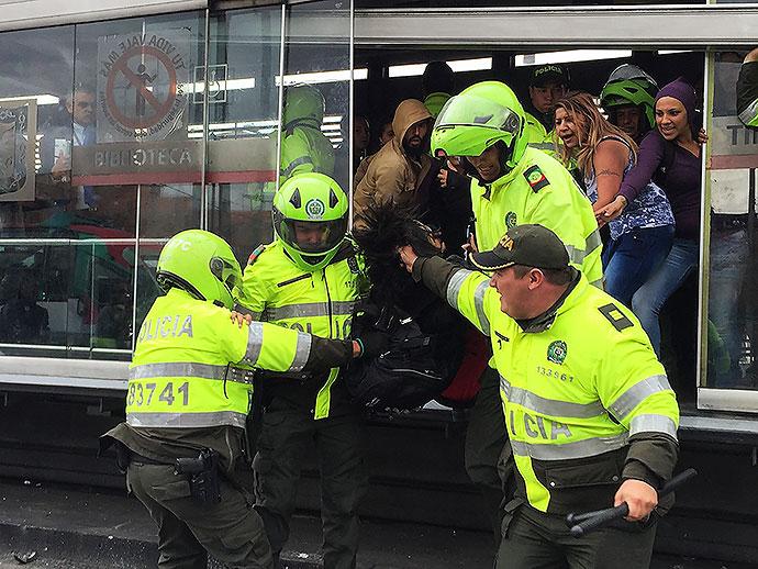 Brutalidad de la policía contra la ciudadanía que protesta. Foto: elpais.com