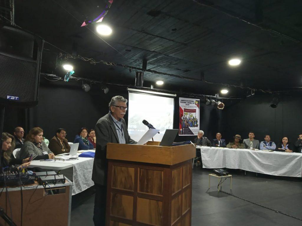 Alejandro Torres Bustamante exponiendo el análisis sobre la reforma pensional